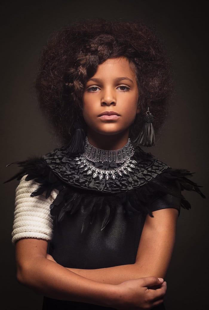 coupe de cheveux afro originale avec nattes et tresses africaines jeune fille femme