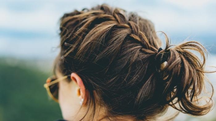 idée coiffure pour balayage brune sur cheveux mi-longs avec tresse, modèle de lunettes soleil en noir et or femme