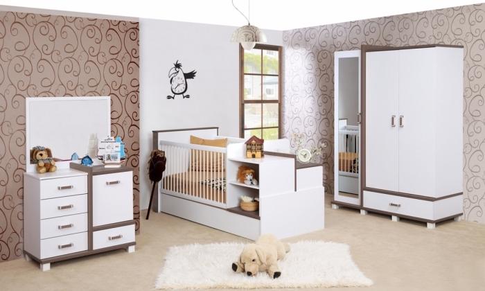 modèle de chambre bébé garçon ou fille aux murs blanc et marron avec plancher beige et plafond blanc, meubles blanc et bois