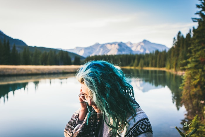 modele de coupe de cheveux fille, carré long ondulé avec coloration bleue, top femme poncho à motifs tribal, lunettes de vue geek