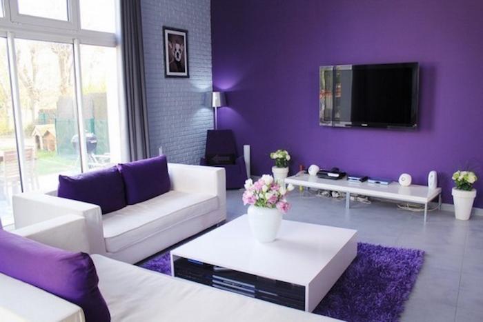 salon moderne violet, comment décorer un séjour, peinture murale violet foncé