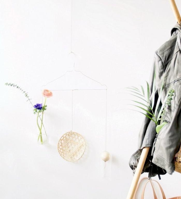 activité manuelle facile et rapide, décoration murale de cintre en métal avec bouteille remplie de fleurs suspendue, assiette exotique et luminaire bougie
