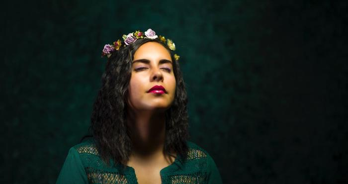 coupe ado en carré plongeant long avec des boucles et une couronne de fleurs artificielles, chemise femme verte