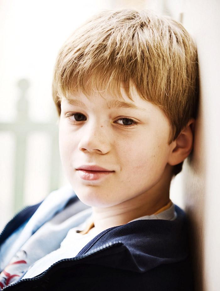 coiffure petit garçon blond simple frange sur le front
