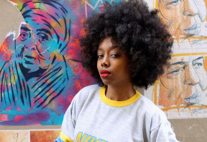 coiffure afro large crépus courts coupe cheveux frisés femme