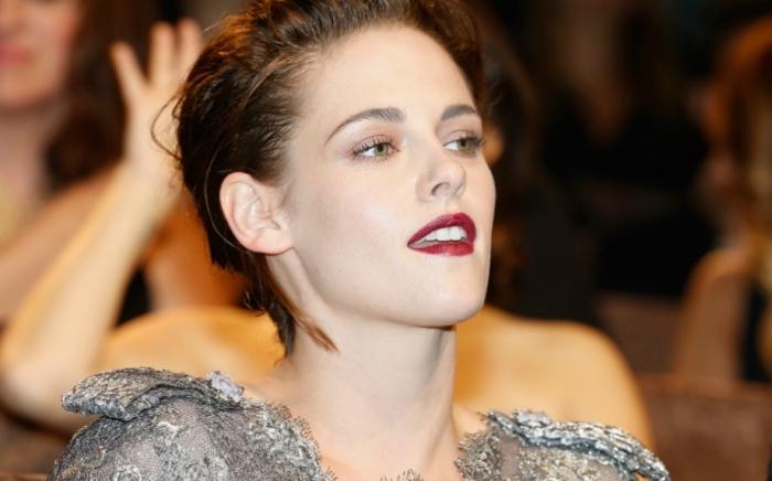 coupe de cheveux courts de Kristen Stewart avec racines foncées et reflets caramel, quel maquillage pour yeux verts