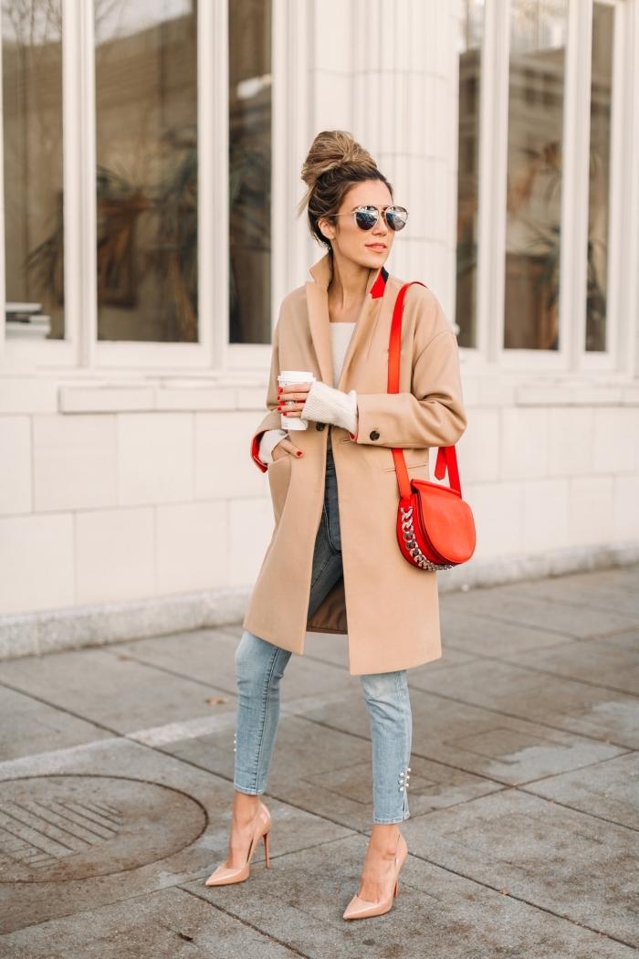 chaussure camel élégantes avec talons, femme stylée aux cheveux attachés en chignon et habillée en jeans et manteau beige