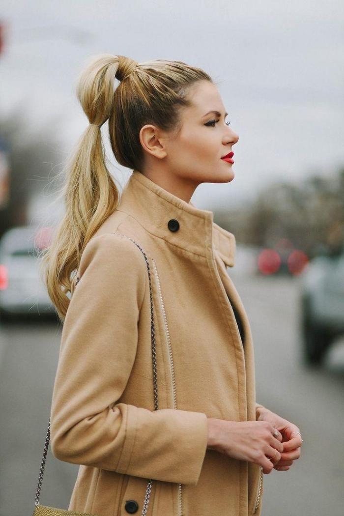 comment porter le manteau long beige avec boutons noirs, idée pour une coiffure sur cheveux longs en queue de cheval haute