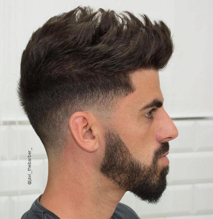 coupe cheveux court sur le coté plus long dessus homme, modele dégradé bas avec barbe courte
