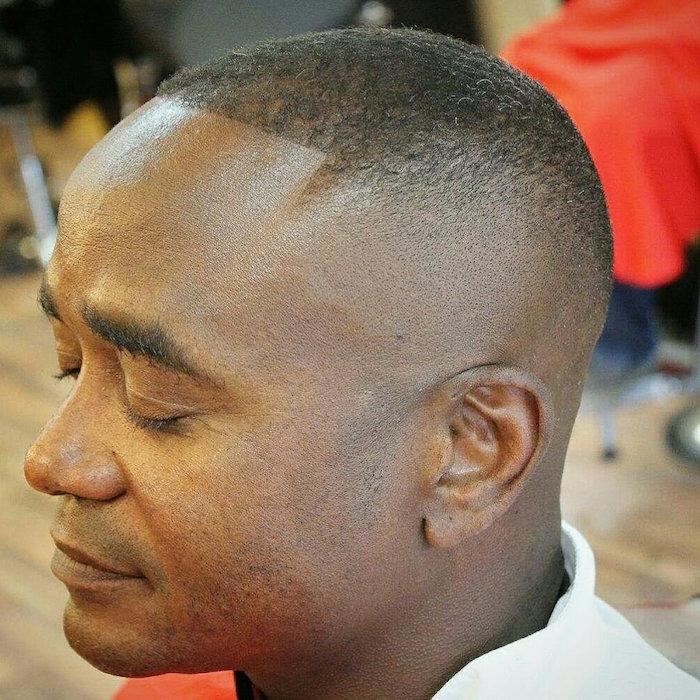 coupe degradé a blanc homme black, coiffure afro tres court, coupe cheveux américaine