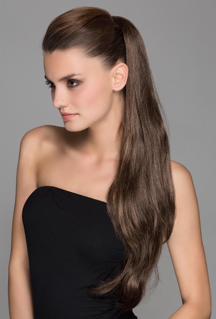 look élégant pour soirée en coiffure cheveux attachés de couleur chocolat et robe bustier noir, maquillage avec fards à paupières et rouge à lèvres orange