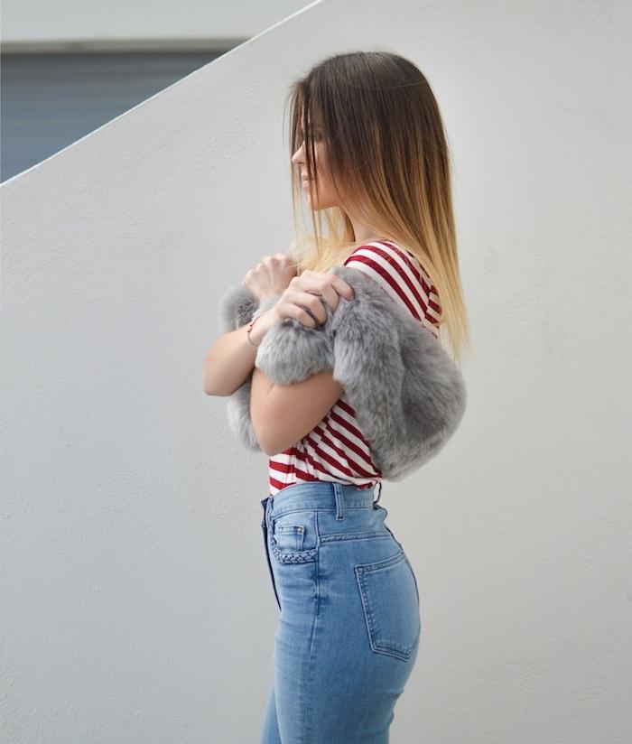 coupe effilée femme, ombré hair blond sur de longs cheveux lisses, jean, tee shirt à rayures rouges et blanches