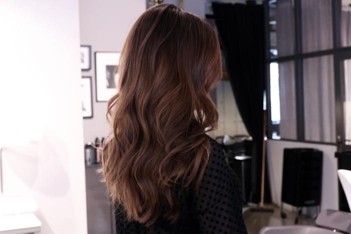 modèle de coiffure romantique sur cheveux chatain aux reflets cuivrés, vision élégante en chemise noire à manches transparents