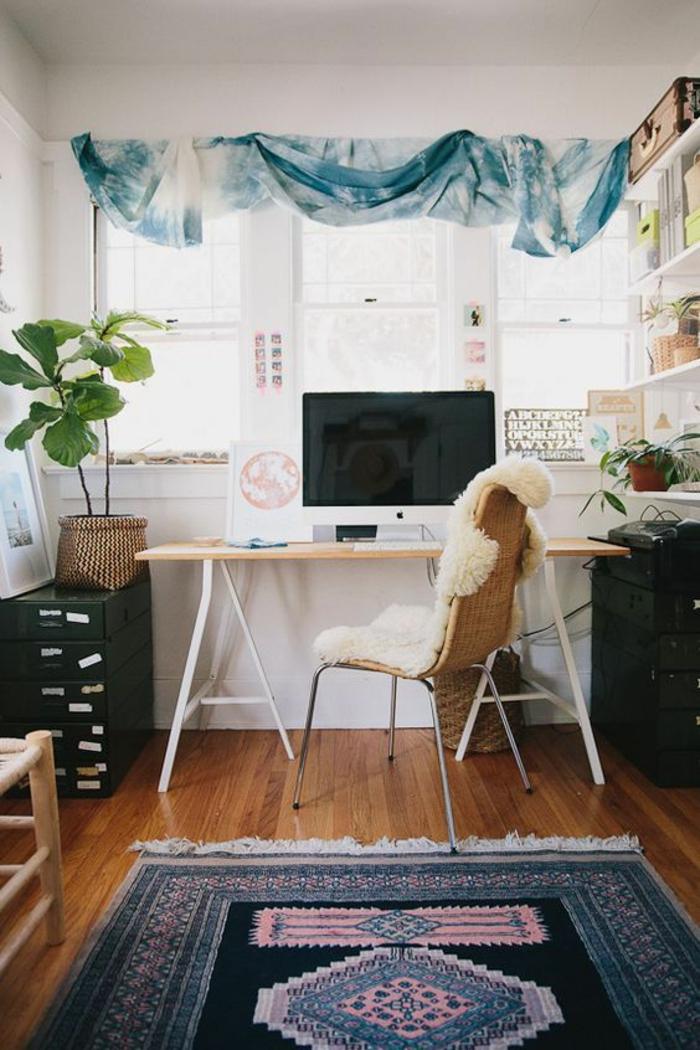 déco chambre étudiant, tapis en bleu et rose avec des franges blanches, meuble casiers métalliques en vert, rideaux en style boho chic en bleu-vert et blanc