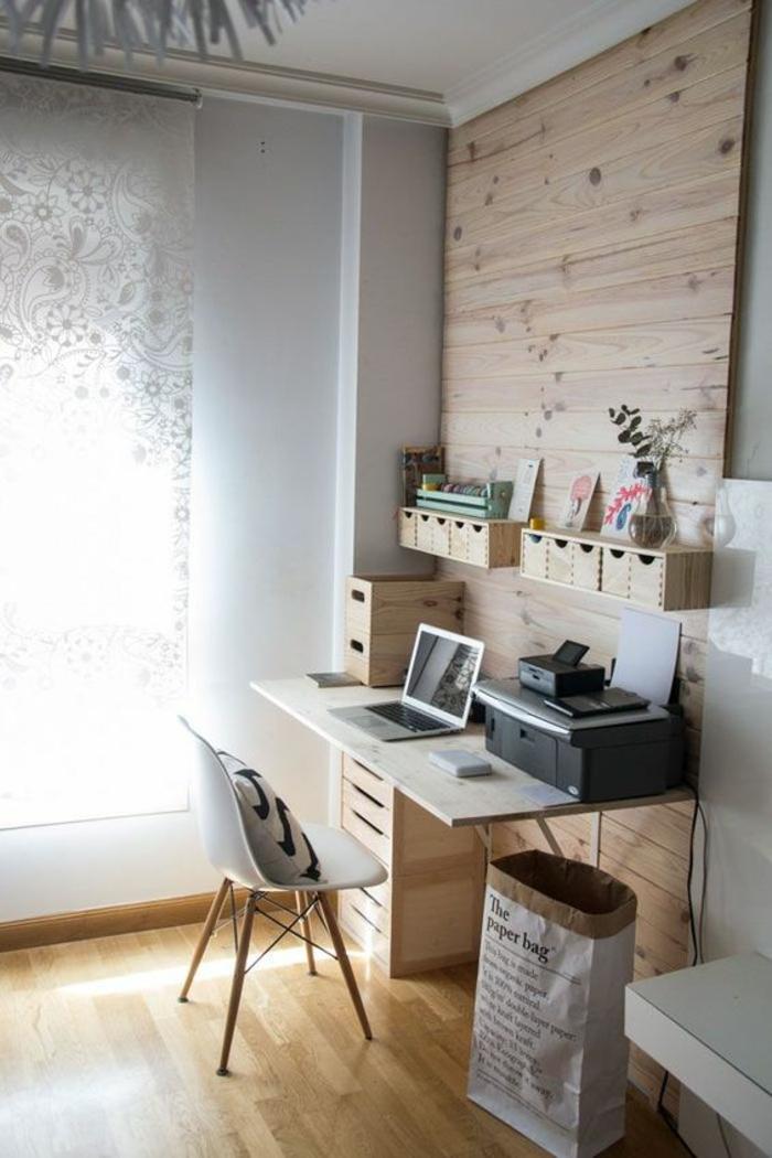 pour aménager chambre 9m2, parquet naturel clair plafond blanc, mur au-dessus du bureau en revêtement en bois clair, chaise en plastique blanche, pieds en bois