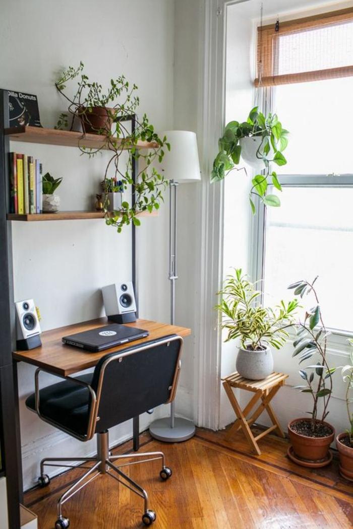 amenager studio 15m2, chambre de 9m2, petit bureau avec chaise-fauteuil en simili cuir noir et a roulettes, parquet jaune