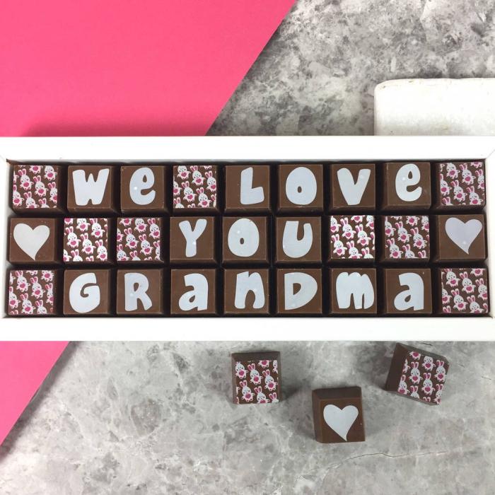 cadeau délicieux avec bonbons à décoration lapins et lettres de chocolat blanc pour la fete grand mere 2018