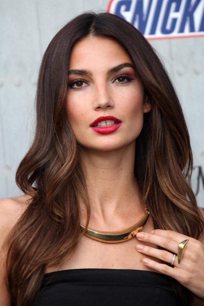 quelle couleur cheveux pour yeux marron, accessoires à design métallique à porter avec une robe noire, maquillage avec fards à paupières rouges