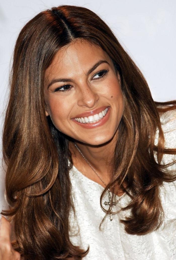coloration cheveux célébrité aux racines noires et pointes à reflets caramel, maquillage pour yeux marron avec lèvres marron