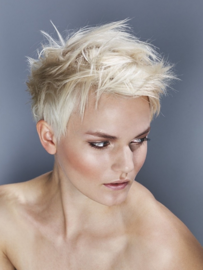 comment faire une coiffure femme avec gel pour cheveux courts, coloration blond platinum sur une coupe boyish