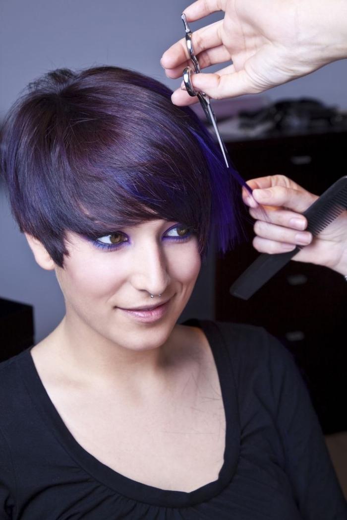 coiffure cheveux court avec frange longue de côté, coloration prune sur cheveux noirs avec mèches ultra violet, tendance coiffure 2018