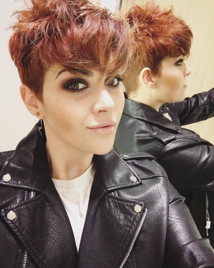 idée pour un maquillage et une tenue en style rock avec veste en cuir noir et yeux smoky, coloration roux sur cheveux courts