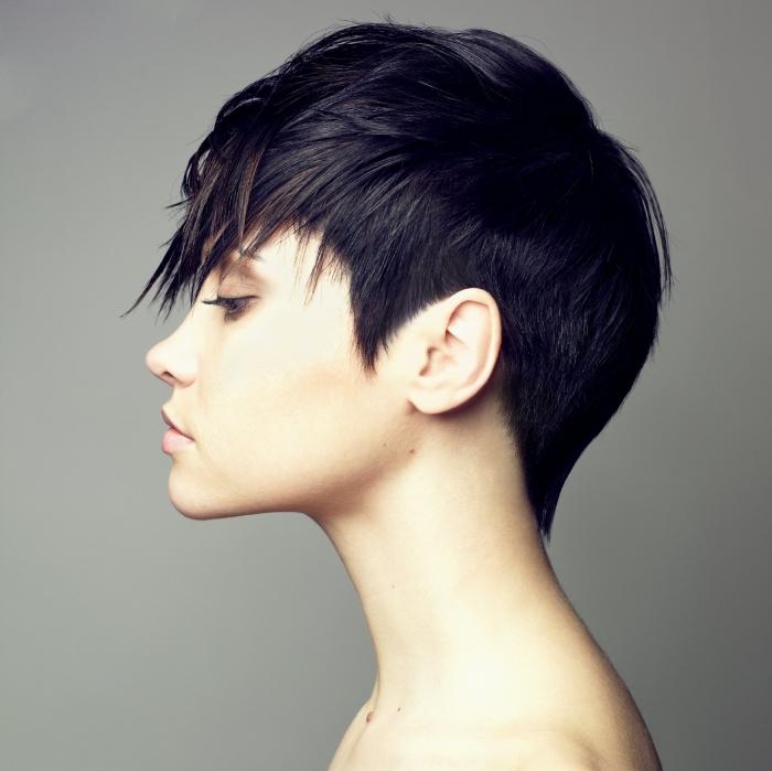 quelle coupe de cheveux femme choisir selon la forme du visage, coupe courte avec pattes et mèches longues tombantes sur le front