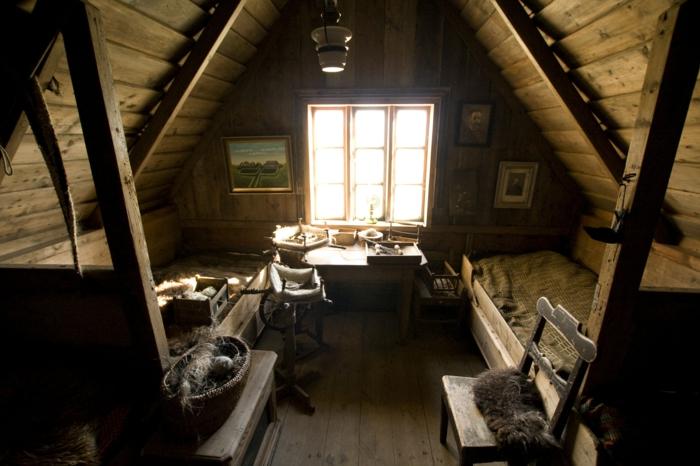 comble aménageable, lits simples, meubles vintage, intérieur en style authentique
