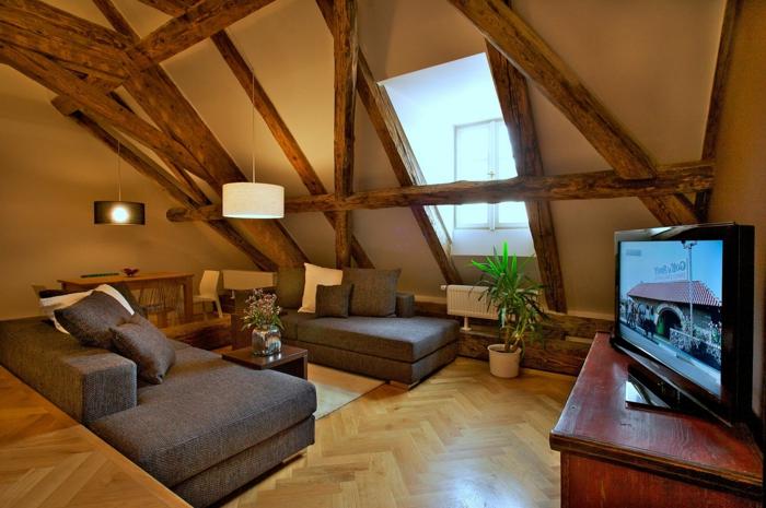 salon moderne, sofas gris, comble aménageable, poutres en bois, fenêtre en pente