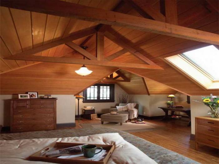 intérieur chaleureux style chalet, buffet en bois, sofa et tabouret beige, séjour cosy et authentique