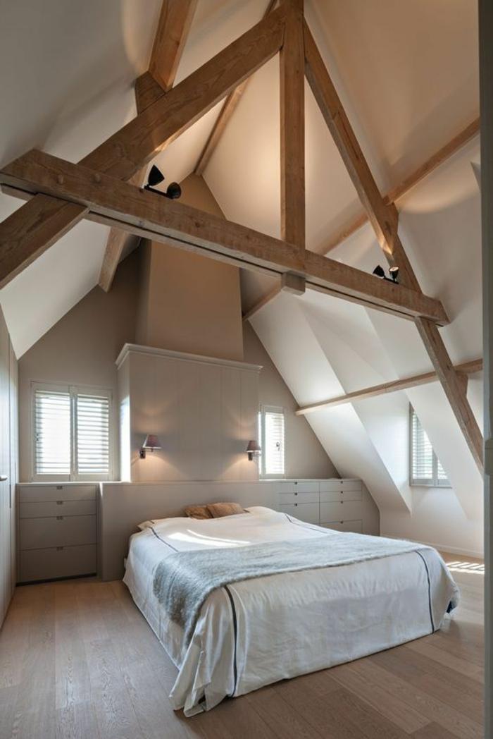 poutres apparentes spus le plafond, amenagement sous pente simple et artistique, tchambre en teintes claires