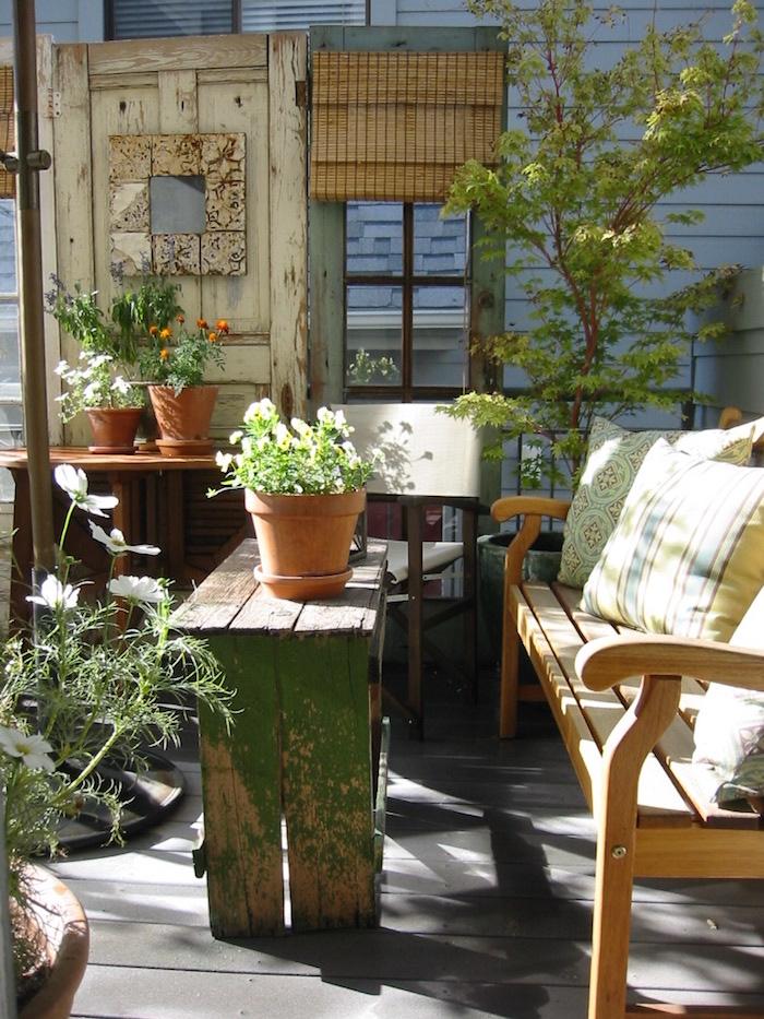 Deco terrasse vintage avec objets en bois de aménagement balcon loptimisation comme maître mot
