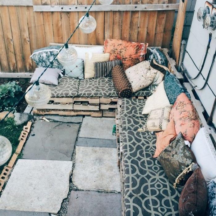 faire une banquette balcon avec palettes, meuble de terrasse diy, décorer jardin avec meubles de recup