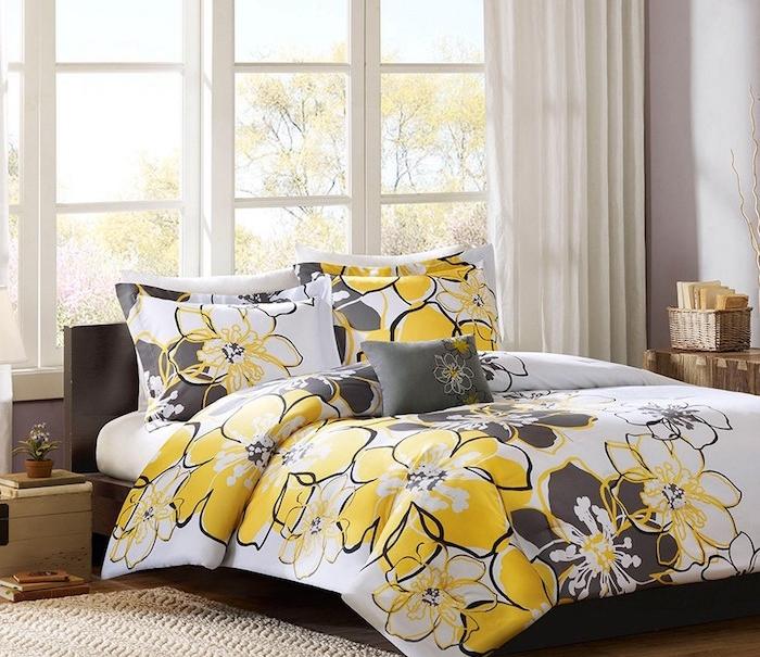 idée de chambre design aux murs taupe clair, rideaux blancs, linge de lit gris, blanc et jaune, tapis beige