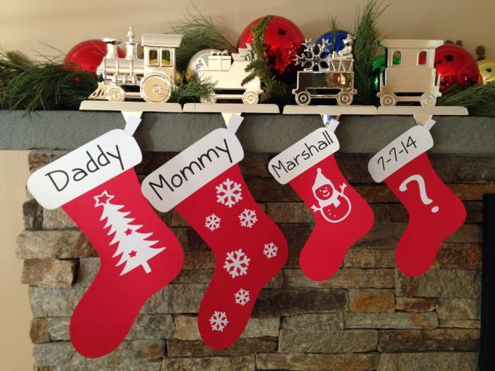 une chaussette rouge pour chaque membre de la famille, étagère décorative au manteau de la cheminée