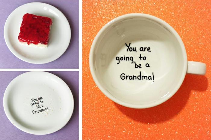 tasse à café blanche avec un script annonçant qu'on deviendra des parents