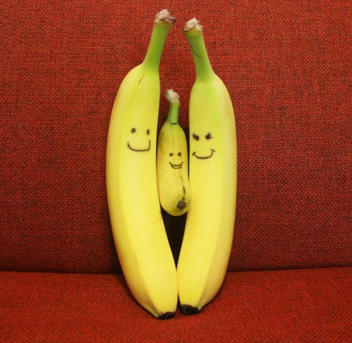 photo annonce grossesse avec trois bananes avec des mines souriantes