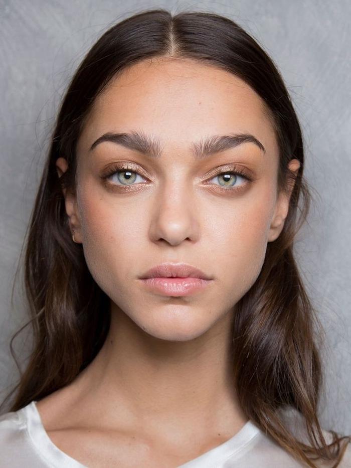 conseil maquillage pour avoir de jolis sourcils un look au naturel, comment brosser les sourcils