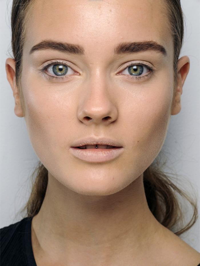 quels sont les bons gestes à adopter pour arborer de beaux sourcils, les astuces maquillage sourcils pour une ligne bien soignée et harmonieuse