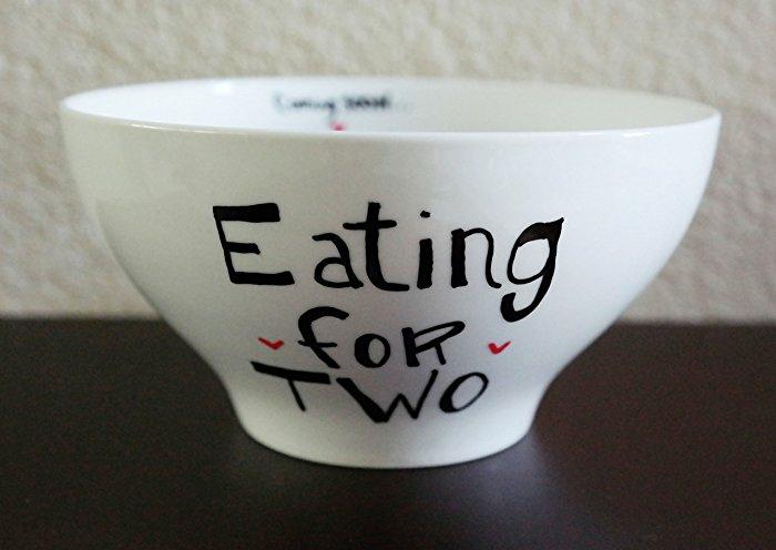 tasse à café blanche avec un script humouristique, on mange pour deux