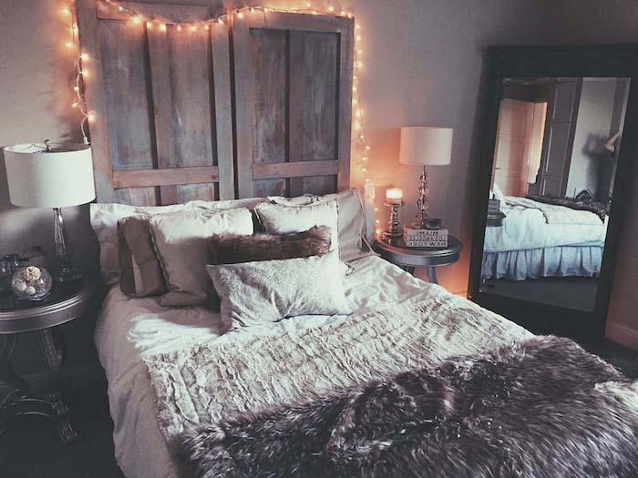 comment fabriquer une tete de lit en bois, portes vintage, linge de lit gris et blanc, décoration de guirlande de noel