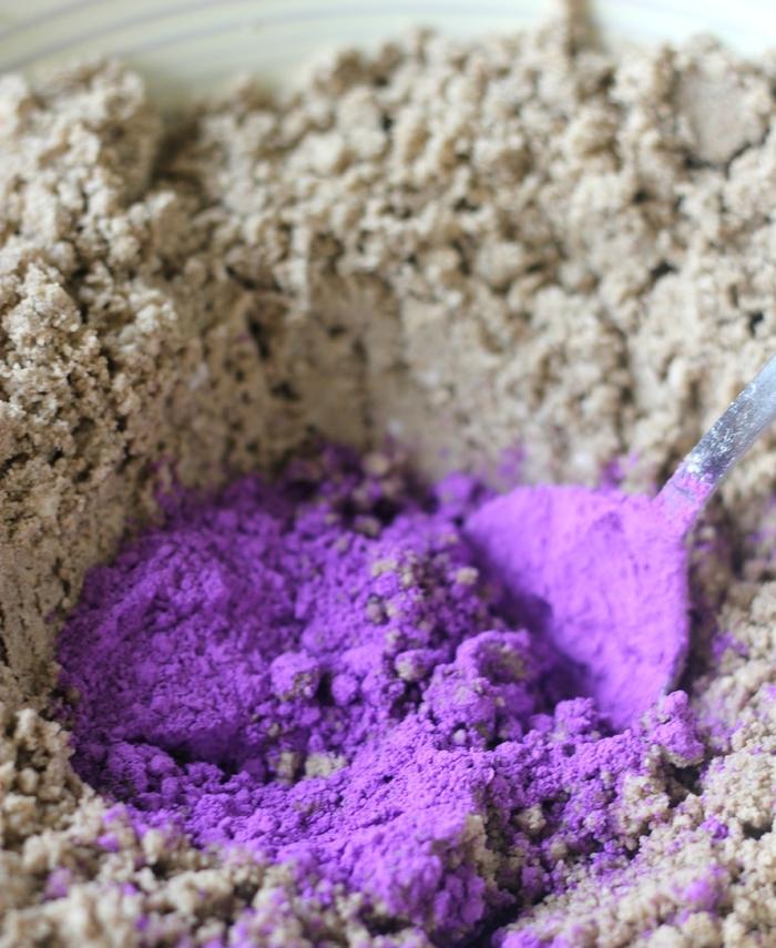 recette simple pour faire de la pate a modeler sable de lune coloré pour en créer des formes variées avec les enfants