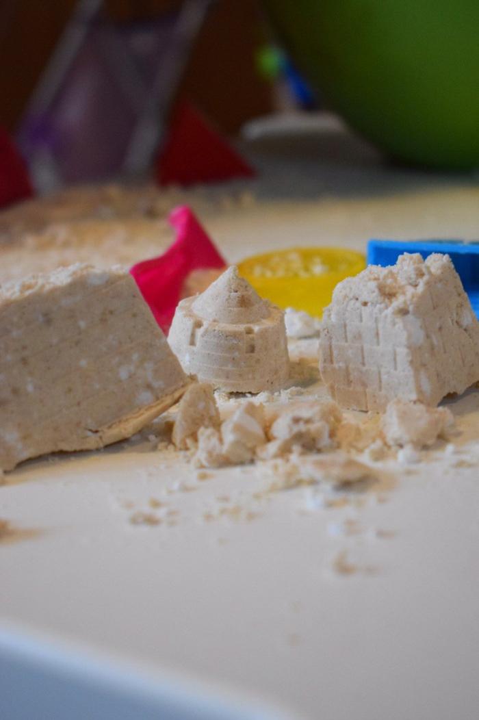 idées d'activités sensorielles de modelage avec du sable kinetic fait maison aux ingrédients naturels