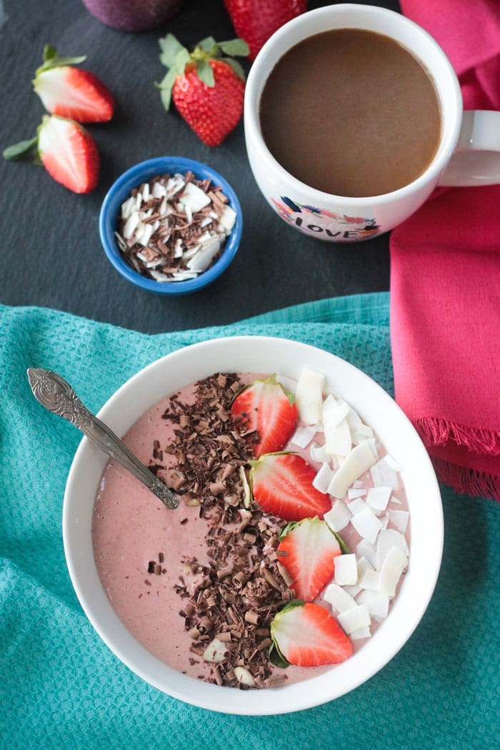 smoothie bowl recette délicieuse mais saine qui combine nos saveurs favorites chocolat et fraise