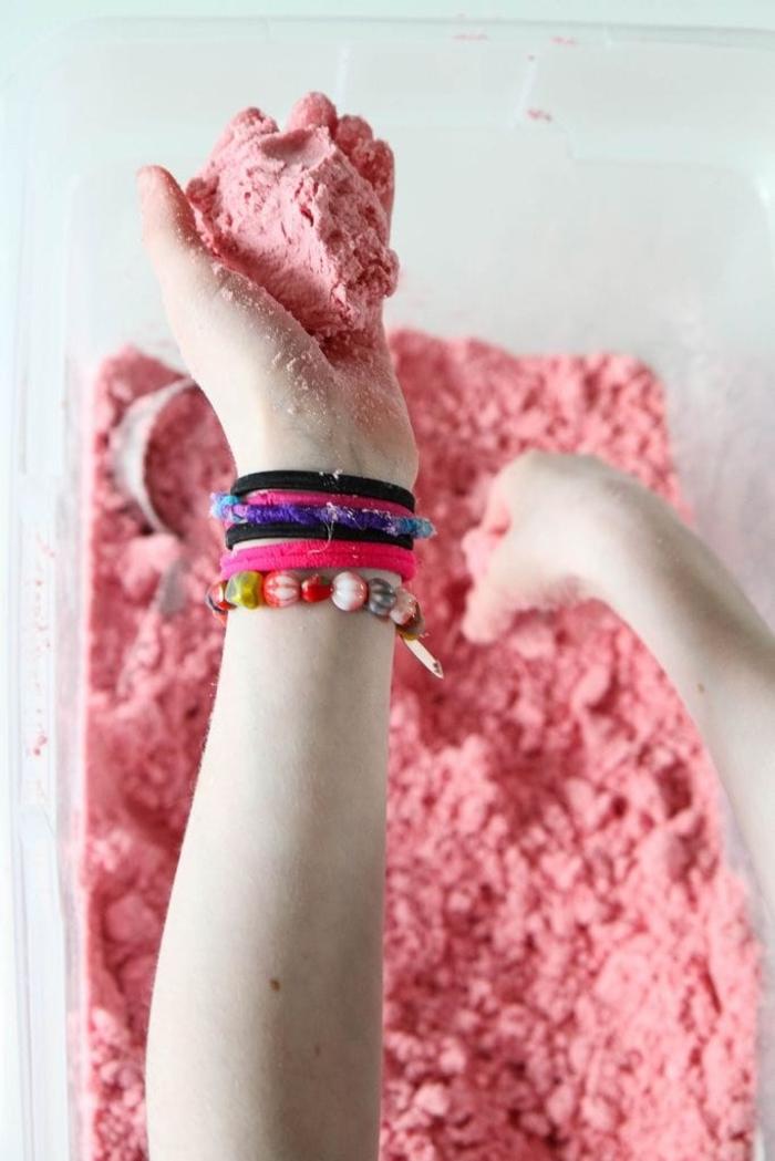 recette de sable cinétique coloré facile à façonner qui se conserve longtemps pour des futures activités sensorielles