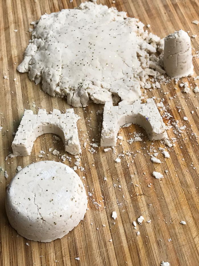 idées d'activités avec une pate a modeler sable pailleté faite maison, la construction d'un château de sable de lune fait maison