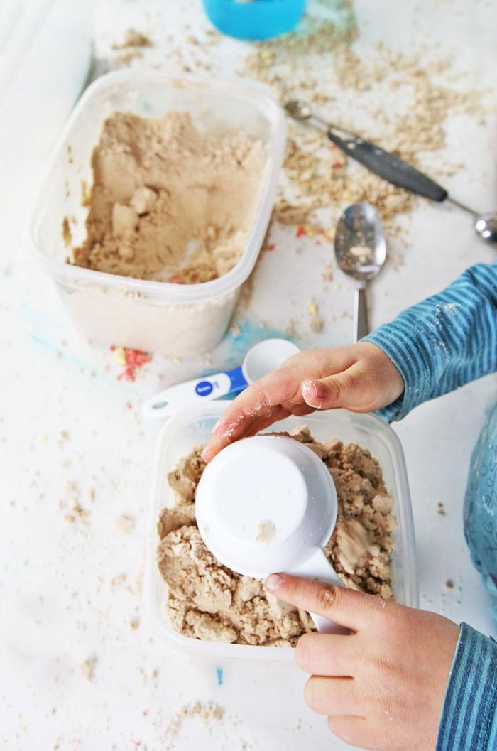 recette de sable cinétique avec des ingrédients peu coûteux idéal pour une activité de modelage à la maison