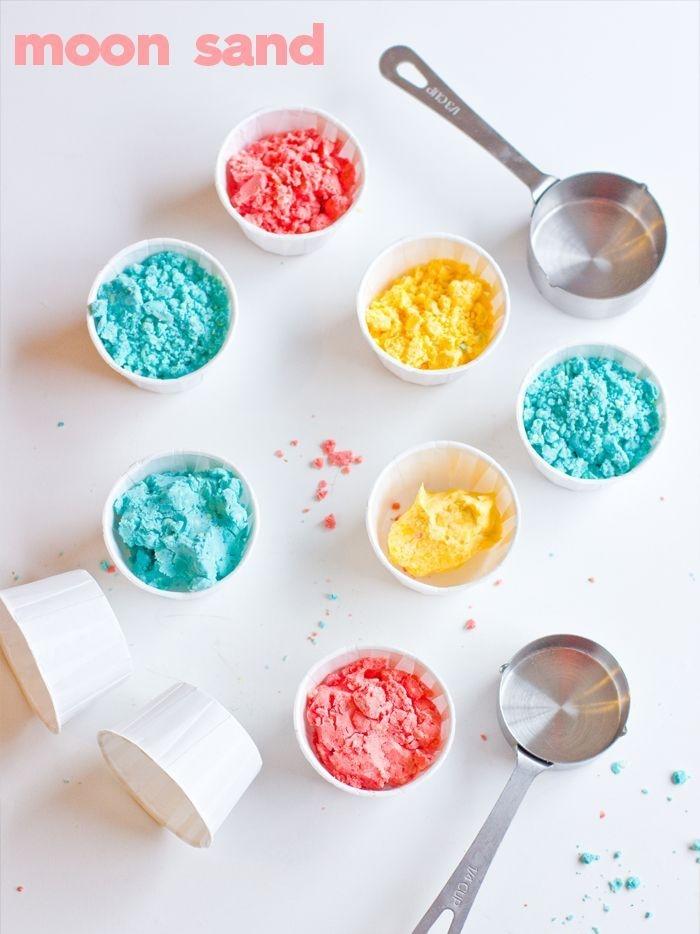 recette de sable à modeler sans gluten coloré en bleu, rose et jaune, une pâte à modeler qui ne colle pas à la peau et qui est facile à manipuler