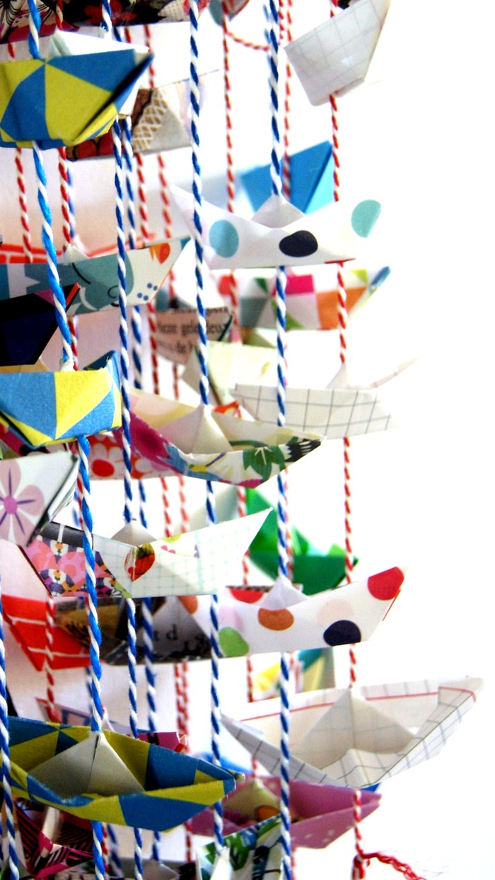 jolie guirlande de bateaux en papier et de ficelle colorée pour la décoration de vos fêtes thématiques, déco origami pour la décoration des fêtes ou de la chambre d'enfant