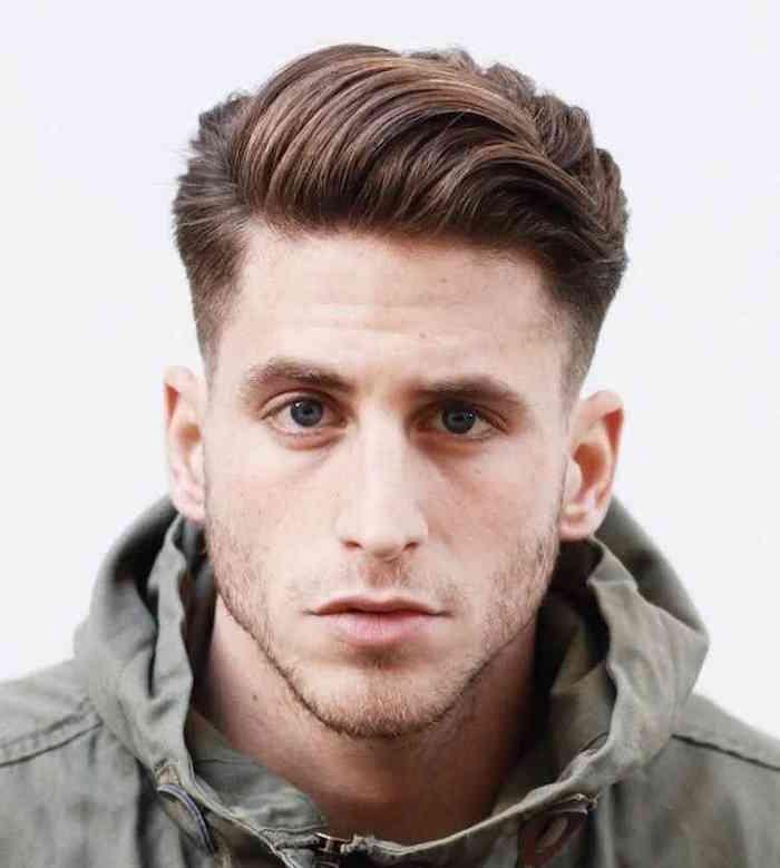 coiffure hipster sur le coté, coupe homme a la mode avec dessus plus long